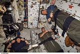 Část posádky STS-120 spí na obytné palubě raketoplánu Discovery (29.10.2007)