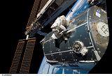 Schlegel pracuje na povrchu modulu Columbus při výstupu EVA-2 (13.02.2008)