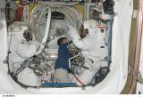 Linnehan a Foreman po dokončení EVA-2 (16.03.2008)