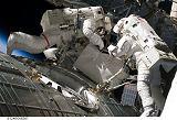 Fossum a Garan při výstupu EVA-2 (05.06.2008)