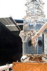 Grunsfeld a Feustel při výstupu EVA-1 (14.05.2009)