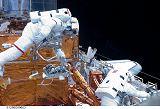 Grunsfeld a Feustel při výstupu EVA-5 (18.05.2009)