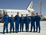 Posádka raketoplánu Atlantis STS-125 krátce po přistání na Edwards AFB (24.05.2009)