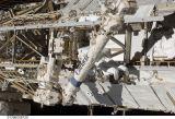 Satcher při výstupu EVA-1 (19.11.2009)