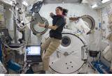 Nicole Stottová v modulu Kibo na ISS (24.11.2009)
