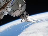 Patrick při výstupu EVA-3 poblíž modulu Cupola (17.02.2010)