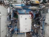 Přenášení sbaleného Robonauta 2 z raketoplánu do ISS (27.02.2011)