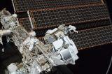 Feustel a Chamitoff při výstupu EVA-1 (20.05.2011)