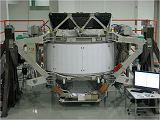 Spektrometr AMS-02 při předstartovní přípravě na KSC (březen 2011)