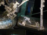 Fossum přenáší zařízení RRA při výstupu do kosmu během STS-135 (12.07.2011)