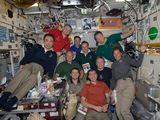 Společná fotografie posádek ISS a STS-135 (18.07.2011)