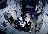 Sullivan[ová] s kamerou IMAX a Hawley na obytné palubě (29.04.1990)