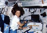 Dunbar[ová] pracuje s experimentem FEA-3 na obytné palubě (13.01.1990)