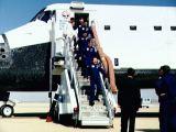 Posádka STS-36 opouští Atlantis po přistání na Edwards AFB (04.03.1990)