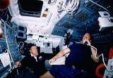 Shepherd (s mikrofonem) a Melnick při komunikaci s řídicím střediskem (08.10.1990)
