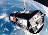 Družice LDEF na manipulátoru RMS krátce před vypuštěním (07.04.1984)