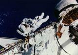 Newman testuje zařízení pro opravu HST při EVA (16.09.1993)