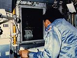 Wang sleduje růst krystalů v experimentu VCGS (03.05.1985)