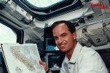 Chilton při pozorování na horní palubě (12.04.1994)