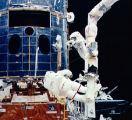 Kosmonauté při EVA opravují HST (08.12.1993)