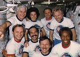 Společná fotografie posádky na oběžné dráze (30.10.1985)