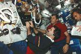 Část posádky při práci na obytné palubě (06.03.1995)