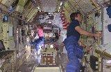 Colemanová a Leslie uvnitř Spacelabu