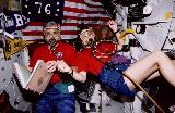 Clifford a Godwin[ová] dýchají čistý kyslík před EVA