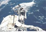 Newman na konci RMS při EVA-2 (09.-10.12.1998)