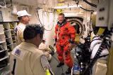 Velitel STS-89 T.Wilcutt při nastupování do raketoplánu
