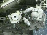 Chiao montuje anténu na Z1 při EVA-1 (15.10.2000) - NASA TV