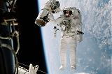 McArthur na RMS při EVA-1 (15.10.2000)