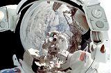 Ve Wisoffově hledí se zrcadlí fotografující Lopez-Alegria (18.10.2000)