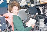 E.Collins[ová] ve velitelském křesle už na oběžné dráze (24.07.1999)