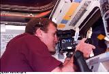 Halsell při práci s fotoaparátem