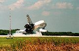 Discovery STS-95 při dosednutí na RW-33 na KSC (07.11.1998)
