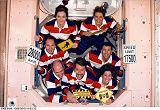 Tradiční skupinová fotografie - tentokrát v průlezu ISS (02.06.1999)