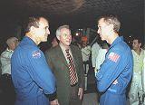 Administrátor NASA D.Goldin (uprostřed) s posádkou STS-97 po přistání (12.12.2000)