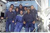 Společná fotografie obou posádek v Destiny (15.02.2001)