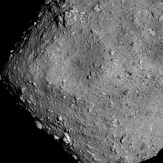 Snímek asteroidu Ryugu ze sondy Hayabusa2