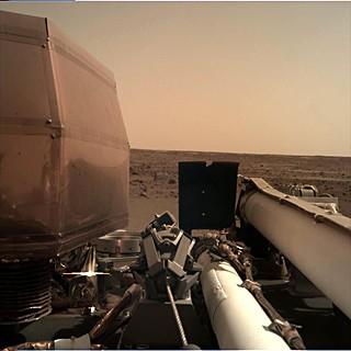 První snímek z kamery IDC po přistání na Marsu (26.11.2018)