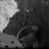 Jeden z prvních snímků pořízených sondou Phoenix na povrchu Marsu po přistání (26.05.2008)