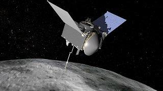 Kresba sondy OSIRIS-REx u planetky Bennu